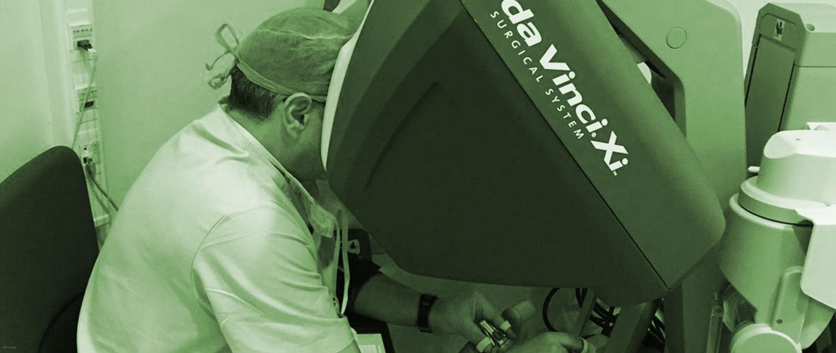 Ángel Tabernero, urólogo de HLA Universitario Moncloa, trabaja con el robot Da Vinci.