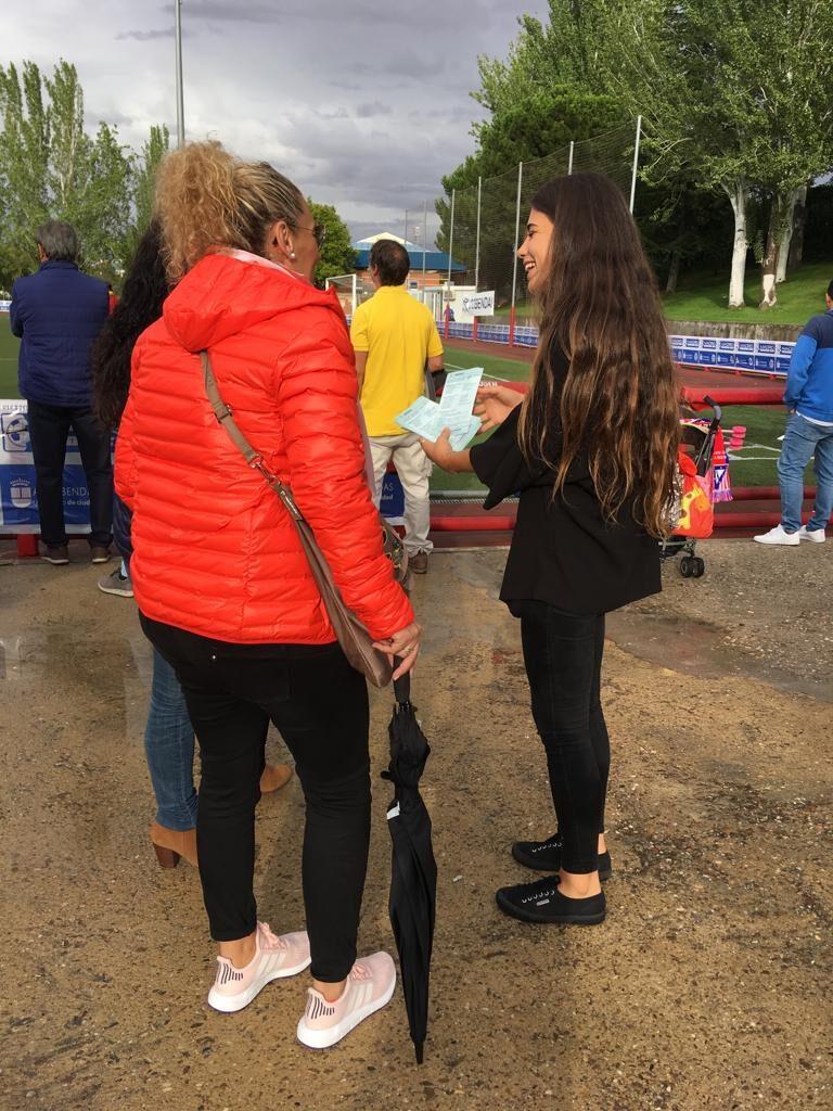 Acción con azafatas en el torneo de fútbol. Promoción hospital HLA Universitario Moncloa